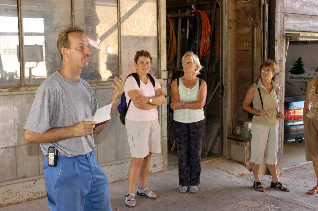 HERTENSTEIN/LU, 22. JULI 2003 - GENOSSENSCHAFT MIGROS LUZERN GMLU - LIEFERANT MIGROS AUS DER REGION ADR - BETRIEBSRUNDGANG BEI GEMUESEPRODUZENT THOMAS ZURMUEHLE, ZINNENSTRASSE 4, 6353 HERTENSTEIN: Thomas Zurmuehle mit Migros-Kunden bei Betriebsbesichtigung inmitten von Tomaten und Gurken. Landwirtschaft, Gaertnerei, Gemuesegaertner. ths/COPYRIGHT BY: E.T.STUDHALTER / GMLU